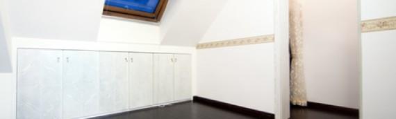 Aménagement de vos espaces sous pentes grâce à des meubles sur mesure.