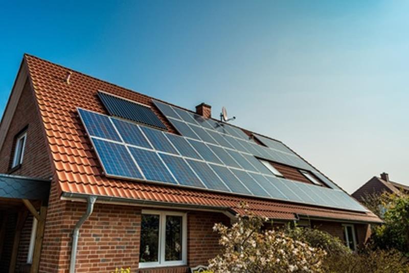 Panneaux solaire sur le toit d'une maison